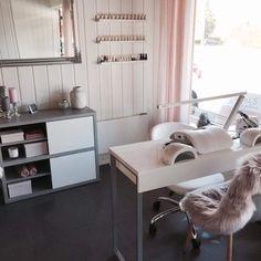 salon decor 32 Ideas for home bar table ideas Home Beauty Salon, Home Nail Salon, Hair Salon Interior, Beauty Salon Decor, Beauty Salon Design, Salon Nails, Beauty Studio, Beauty Bar, Beauty Nail Salon