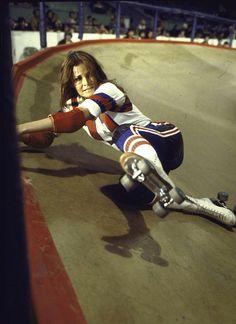on the set of The Kansas City Bomber Raquel Welch by Bill Eppridge, 1972 Roller Derby Girls, The Sporting Life, Quad Skates, Roller Disco, Skate Girl, Roller Skating, Roller Rink, Romance, Vintage Hollywood