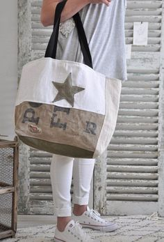 Tendance Sac 2018 : Image of paul le big bag – … Trendy Bag Bild von Paul the big bag – Big Purses, Purses And Bags, Burlap Tote, Hand Accessories, Women Accessories, Bags 2017, Denim Bag, Fabric Bags, Big Bags