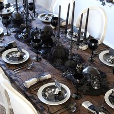 Table Halloween, Halloween Table Settings, Halloween Home Decor, Halloween Birthday, Diy Halloween Decorations, Halloween Snacks, Spooky Halloween, Halloween Dinner Parties, Halloween Sweet 16
