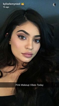 Kylie's version of Pink Tones Make Up 💖✨ Glam but subtle in a Kylie way haha✨ Kyle Jenner, Kendall Jenner, Photos Kylie Jenner, Trajes Kylie Jenner, Looks Kylie Jenner, Kylie Jenner Style, Kendall And Kylie, Kylie Baby, Kourtney Kardashian