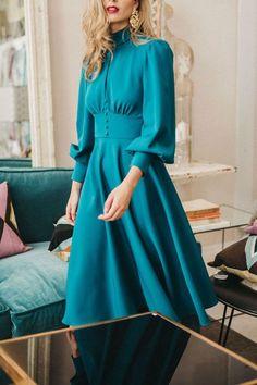 ¿Retro o contemporáneo? ¿Un look formal para boda o un outfit lleno de vida? ¿Sensualidad o comodidad? Con los vestidos de fiesta de la última temporada de Cherubina no tendrás que elegir: inspírate y apasiónate con la exuberancia de sus modelos. #vestidos #azules #invitada #boda #fiesta #día #midi #look #tendencias #moda #Cherubina #bodascommx Look Formal, Office Ladies, Blouse Designs, Sleeve Styles, New Dress, Retro Vintage, Luxury Office, Fashion Dresses, Silk