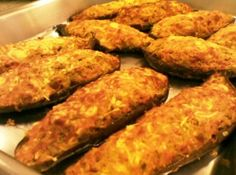 Receita de Berinjela Recheada ao Forno - 2 berinjelas grandes, 120 ml de azeite para fritar, 2 cebolas médias, picadas, 2 dentes de alho, amassados, 2 tomat...