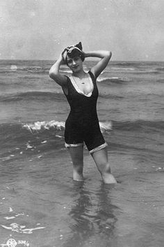 1454 best vintage swim, beach pics images in 2019 Beach Pictures, Old Pictures, Old Photos, Vintage Bathing Suits, Vintage Swimsuits, Mode Vintage, Vintage Ladies, Ode An Die Freude, Photo Summer