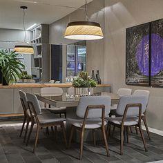 Aposte em outros formatos do que o tradicional retângulo. A mesa de jantar Arezzo possui formato quadrado, o que garante mais proximidade e intimidade quando sentado à mesa.