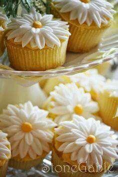 StoneGable: StoneGable Tutorial- Making Fondant Daisies (Bake Cupcakes Tips) Deco Cupcake, Cupcake Cookies, Cake Decorating Tips, Cookie Decorating, Cake Decorating With Fondant, Daisy Cupcakes, Happy Birthday Cupcakes, Strawberry Cupcakes, Easter Cupcakes