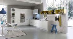 des armoires blanches et laquées et des accents gris dans le coin cuisine