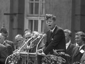 John F. Kennedy vor dem Rathaus Schöneberg