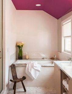 Cuarto de baño con paredes rosas