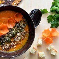 Vellutata di zucca e carote con semi di zucca e decori di carote