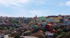 Ciudad portuaria, atractiva, colorida, pintoresca. Rodeada de cerros que la caracterizan y de un mar que es una fuente de vida. Valparaíso es una ciudad bendecida por una gracia superior.
