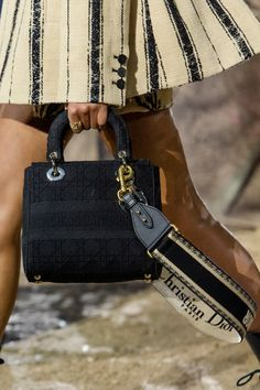 Christian Dior Spring 2020 Fashion Show Details. All the fashion runway close-up details, shoes, and handbags from the Christian Dior Spring 2020 Fashion Show Details. Unique Handbags, Popular Handbags, Cute Handbags, Cheap Handbags, Cheap Bags, Purses And Handbags, Cheap Purses, Large Purses, Beautiful Handbags