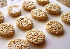 """Con la más sencilla de las recetas lograremos tener galletas de arroz en casa, ricas, crocantes y muy sanas. Casi obligatorias en los menús para celíacos, estas galletas son ideales para cuando se sienten deseos de """"picar algo"""" entre comidas, ya que no contienen harina y, en consecuencia, no aportan demasiadas calorías. Para hacerlas necesitás: 500 grs de arroz blanco Papel film apto para microondas Sal Miel Preparación:"""