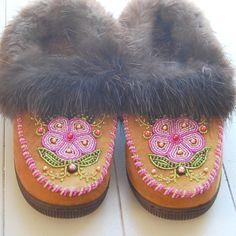 Athabaskan Moccasins by Yellowknives Dene First Nations artist Nathalie Waldman. Native Beading Patterns, Native Beadwork, Native American Beadwork, Native American Art, Beaded Moccasins, Baby Moccasins, Native Style, Native Art, Native American Pictures