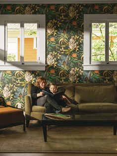 This majestic Savuti Wallpaper forms part of Cole & Son's Ardmore Collection. It features a large scale design of baboons, chameleons, hoopoes and hornbills amongst flowers and foliage. Images Wallpaper, Original Wallpaper, Eclectic Wallpaper, Funky Wallpaper, Interior Design Classes, Cole And Son Wallpaper, Modern Craftsman, Scale Design, Color Harmony