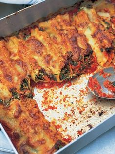 Awesome spinach and ricotta cannelloni Jamie Oliver Jamie's Dinners Spinach Ricotta Cannelloni, Cannelloni Recipes, Pasta Recipes, Cooking Recipes, Filled Pasta, Tasty, Yummy Food, Healthy Food, Pasta Dishes