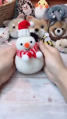 Pom Pom Animals, Sock Animals, Diy Craft Projects, Sewing Projects, Yarn Crafts For Kids, Pom Pom Crafts, Weaving Art, Diy Gifts, Christmas Crafts