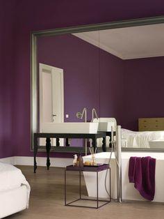 Schilder inspiratie - Paarse muren geven de ruimte een opvallende stijl! Let erop dat de ruimte licht genoeg is om een hele muur in lavendel te schilderen | Ga naar www.Klusopmaat.nl en plaats gratis je schilderklus!