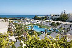 Sands Beach Resort is een sfeervol, groots opgezet 3-sterren resort. Het resort is een échte aanrader voor jong en oud. Sands Beach Resort kenmerkt zich door een hoog kwaliteitsniveau, veel comfort, verzorgd en sfeervol ingerichte appartementen en talloze faciliteiten waaronder zelfs een eigen lagune.   Er zijn in totaal 7 zwembaden met daaromheen de appartementen. Sands Beach Resort ligt direct aan het strand, het centrum van Costa Teguise ligt op ca. 450 m afstand.  Officiële categorie ***
