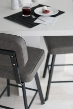 On craque pour ces tabourets confortables tout en sobriété.  #Tabourets #Stool #Intérieur #Interior #Ameublement #Furniture #Design #Gris #Grey #IdeesDeco #Decoideas Style Retro, Decoration, Office Desk, Furniture, Design, Home Decor, Gray, Stools, Arredamento