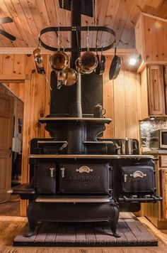 32 amazing examples of cabin decor beige house posts камин, Antique Kitchen Stoves, Antique Wood Stove, How To Antique Wood, Vintage Kitchen, Kitchen Wood, Kitchen Decor, Cuisinières Vintage, Wood Stove Cooking, Old Stove