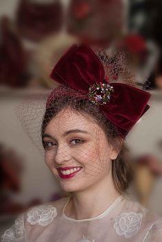 Chic headdress velvet lacing in burgundy and veil - Piercings Time Wedding Hats, Headpiece Wedding, Bridal Hair, Fascinator Headband, Fascinators, Headpieces, Turban Headbands, Burgundy Outfit, Royal Clothing