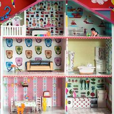 Dollhouse decorated by stylist Larsia Braakman with Kitsch Kitchen self adhesive foil. This dollhouse was one of our big attractions on the trade shows in Paris and Amsterdam.