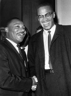 Cette photo, datant de mars 1964, représente la seule rencontre entre Martin Luther King et Malcolm X, deux grands militants pour les droits des afro-américains. Toutefois, les deux hommes, bien que souriants et amicaux sur ce cliché, sont très souvent en désaccord. King perçoit Malcolm comme un radical qui incite à la violence sans suggérer de solutions. De son côté, Malcolm X s'opposait au pacifisme bourgeois de King et à ses idées sociales-démocrates qui visaient à réformer le…