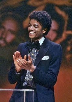 Thank you for the King of Pop ❤️💙 a round of applause standing ovation for Michael Jackson miss you. Michael Jackson Bad, Janet Jackson, Michael Jackson Fotos, The Jackson Five, Jackson Family, Michael Jackson Awards, Michael Jackson Thriller, Michael Jordan, Michael Jackson Wallpaper