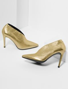 Meet Nola - our Holiday Special pump! This fresh pump silhouette comes in fine Italian gold crackle leather and a killer 90mm heel. With its pointed tip, high cut cleavage, and retro gold shade, it's all you need to stand out stylishly under that mistletoe this season.