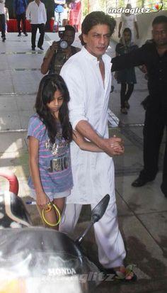 Embedded image permalink-Suhana and Papa Shah Rukh. Shahrukh Khan Family, Salman Khan, Bollywood Stars, Bollywood News, Shah Rukh Khan Quotes, Soft Wedding Dresses, King Of Hearts, Bohemian Beach, Child Love