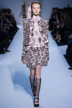 See the complete Giambattista Valli Fall 2016 Ready-to-Wear collection.