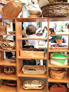 Out of the box art materials in a Reggio classroom. Learning Spaces, Learning Centers, Early Learning, Art Centers, Reggio Emilia Classroom, Reggio Inspired Classrooms, Classroom Organisation, Classroom Design, Classroom Ideas