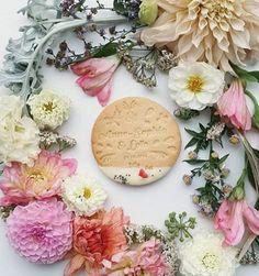 Les cookies personnalisés avec des pétales fleurs réalisés pour un événement champêtre