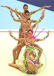 El equipo español de gimnasia, durante el ejercicio que le dio el séptimo puesto por conjuntos (3 con aros 2 con mazas) Mundial 2005 en Bakú (Azerbaiyán)