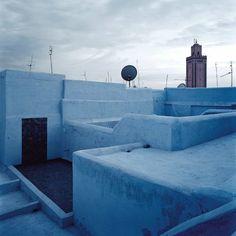 Prenant des libertes avec la tradition Marocainne, Agnes Emery a choisi pour sa maison une palette de bleus et de verts.