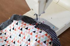 This DIY drawstring makeup bag will help you on your way to feeling more organized and will make it simple to sort, pack, and access your cosmetics anytime. Sewing Makeup Bag, Makeup Bag Pattern, Diy Makeup Bag, Makeup Pouch, Kids Makeup, Bag Pattern Free, Pouch Pattern, Bag Patterns To Sew, Sewing Patterns Free