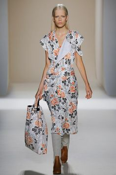 85603fc55fa View the complete Victoria Beckham Spring 2017 collection from New York  Fashion… Modely Z Módnych