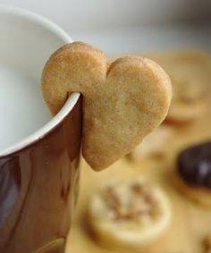 Sıcacık bir kahve ve sevgi dolu kurabiyelerle haftanın ilk gününe merhaba deyin!