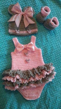 Diy Crafts - Crochet baby minnie mouse set in pink and grey Bonnet Crochet, Crochet Baby Dress Pattern, Baby Girl Crochet, Newborn Crochet, Baby Knitting Patterns, Baby Patterns, Diy Crochet, Crochet Bikini, Vestidos Bebe Crochet