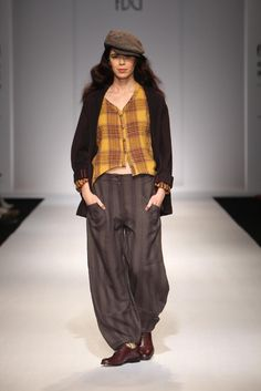 free spirit loose clothes and totally love that hat Androgynous Look, Jesus Christ Superstar, India Fashion Week, Indian Fashion, Parisian, Parachute Pants, Harem Pants, Sari, Glamour