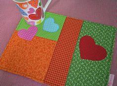 um lanchinho... um filminho... e um cobertorzinho de orelha... ahhh para que mais??? Mug Rug Amore Mio - by Maria Sica