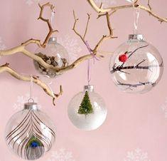 Voici une idée sympa et originale, faire soi-même ses boules de Noël. Avec des boules transparentes en plastique, tout est permis. Vous pouvez les personnaliser à volonté en les décorant comme bon vous semble, ou encore les garnir de figurines et objets diverses et même de gâteaux et de bonbons....
