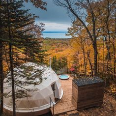 ​Dômes Charlevoix located in Petite-Rivière-Saint-François, Quebec, Canada features a series of gorgeous eco-luxury geodesic domes designed by Bourgeois/Lechasseur architects that offer a glamping experience all year round. Luxury Tents, Luxury Cabin, Luxury Homes, Nature Living, Green Design, Canadian Forest, Go Glamping, Villa, Geodesic Dome