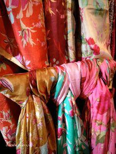 Parvani | Zijden sjaals met bloemen en vogelprint