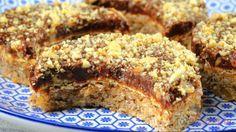 Diese Mini-Erdnussringe gehören zu meinen Lieblingsweihnachtsplätzchen, die bei uns an keinem Weihnachtsfest fehlen dürfen. Gehackte Erdnüsse kreieren ein wunderschönes Design; das Ganze wird dann mit einer Schokoladenglasur überzogen. Erdnussbutter bekommt man heutzutage in jedem Laden. Es ist ein Aufstrich, den Amerikaner auf Toastbrot streichen. Man kann die Erdnussbutter aber auch selber herstellen, indem man Erdnüsse im Mixer püriert. Dazu braucht man jedoch viel Geduld und einen…