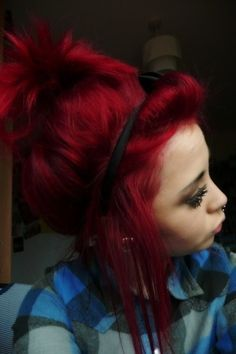 Dye your hair simple & easy to red hair color - temporarily use red hair dye to achieve brilliant results! DIY your hair red with hot red hair chalk Twisted Hair, Red Ombre Hair, Lilac Hair, Dye My Hair, Crazy Hair, Crazy Crazy, Love Hair, Hair Dos, Pretty Hairstyles