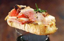 Recept voor focaccia met tomaten, Parmezaanse kaas, raketsla en Breydelspek