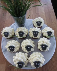 Sheepcakes - chocolate muffins with white frosting. Und Gras im Mund;) – Foo… Sheepcakes – chocolate muffins with white frosting. And grass in the mouth;] – Food & Drink – the - Best Christmas Recipes, Holiday Recipes, Food Crafts, Diy Food, Food Ideas, Food Food, Food Art For Kids, Food Carving, Food Garnishes