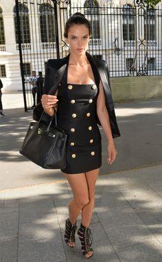 Look todo preto da top Alessandra Ambrosio.